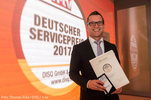 Rainer Breitmoser nimmt den Dt. Servicepreis 2017 für den Münchener Verein entgegen